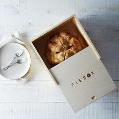 Is there a more charming way to wrap a pie? This pie box is perfect for not only transporting the pie, but also giving it as a gift! Ahhhh, the scent of homemade pie. Cute Kitchen, Kitchen Gifts, Kitchen Products, Kitchen Shop, Food Packaging, Packaging Design, Packaging Ideas, Candy Packaging, Beauty Packaging