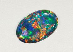 ÓPALO.  Es la gema nacional de Australia.    http://levount.com/1_31_es_pagina_11/los-meses-y-sus-piedras.html    http://laexuberanciadehades.wordpress.com/2011/03/11/piedras-preciosas-ii/