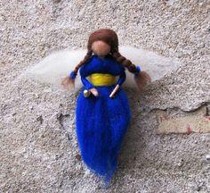 Tmavěmodrý anděl Plstěný andílek z ovčího rouna.Na zavěšení,na ručce má rolničku.