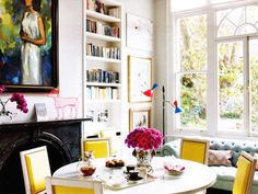 The combo dining room and library in this renovated London townhouse pulls off a design full of bright, welcoming colors and fun accessories, without veering toward childish. Tour the rest of the home. London Townhouse, London Apartment, Elle Decor, Home Design, Cat Design, Interior Inspiration, Room Inspiration, Colour Inspiration, Interior Ideas