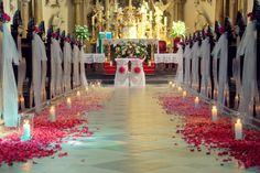 Pink ombre z płatków, dekoracja kościoła św. Maurycego na Traugutta we Wrocławiu Candles, Table Decorations, Weeding, Mariage, Wedding, Altars, Grass, Weed Control, Candy