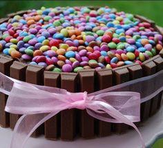 Ideas Deco - Tortas: Torta con barras de chocolate negro y confites rel...