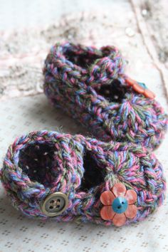 babyslippers with vintage flower button