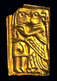 Kissing guldgubbe- experiment- it looks like the wrists of the cloak are fastened. Norse People, Vikings Time, Viking Reenactment, Viking Dress, Ancient Vikings, Early Middle Ages, Viking Art, Historical Artifacts, Iron Age