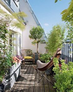 38 Small Terrace Projects to Optimize Your Small Space - Backyard Mastery - Outdoor Space Decor, Landscaping and DIY Projects - Kleiner Balkon - Design RatBalcony Plants tan Furniture