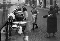 Lavandaie lungo il Naviglio Pavese, anni '60. Grandi donne milanesi.
