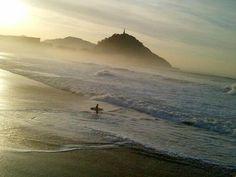 """#SanSebastian #Donostia #Spain """"Los surfers siempre en el agua""""  Foto enviada por: Superhego Rodriguez  Lugar: Bahía de la Concha  Fecha: 15 de noviembre del 2012"""