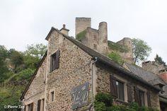 Belcastel (Aveyron, France) Le château fort vu de la rue centrale