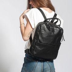 Alle Produkte sind neu und bieten mehrere Jahre Garantie. Schauen Sie sich unsere Auswahl an! Sie werden zeitlos elegante Produkte entdecken, die Stil und Qualität verbinden und Ihnen jahrelange Freude bereiten! Leather Backpack, The Selection, Fashion Backpack, What To Wear, Backpacks, Lady, Products, Travel Tote, Suitcase