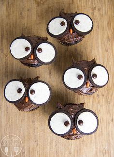 11 Insanely Easy DIY Cupcakes That You Can't Wait to Make - XO, Katie Rosario cupcakes anniversaire decoration licorne noël recette recipes cupcakes Oreo Cupcakes, Cupcake Cakes, Oreo Cookies, Mini Cakes, Spider Cupcakes, Fondant Cakes, Cupcake Recipes, Sugar Cookies, Halloween Cupcakes