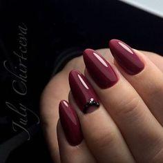Простой маникюр миндальной формы с ненавязчивым акцентом на ногте безымянного пальца (гель-лак марсала, стильный дизайн ногтей, однотонное глянцевое п...