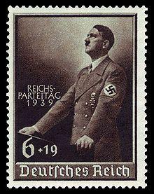 """Una de las primeras medidas de Hitler como 'Führer' de los nazis fue organizar un grupo selecto, las Grupos de Asalto o SA -bajo control de uno de sus incondicionales, el ex oficial de ejército Ernst Röhm - y ordenarles """"confrontar"""" socialistas en las calles. Esto llevó a un incremento en la popularidad del partido nazi entre sectores más extremos en los bares y cantinas en los que los nazis organizaban sus reuniones y de ahí, entre los """"nacionalistas extremos"""" de la población general..."""
