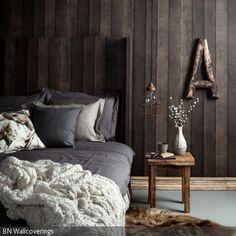 Die originelle Fototapete in Holz-Optik und der Nachttisch aus Holz verleihen dem Zimmer ein rustikales Flair. Für die natürlich aussehende Dekoration sorgen ein …