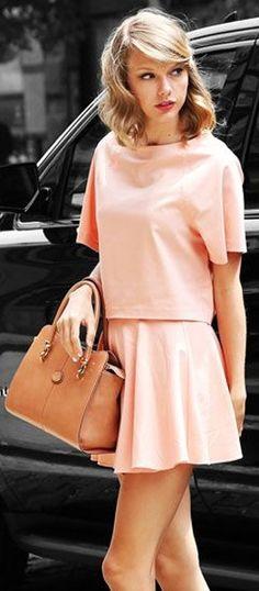 As #cores do Ano: #Pantone de 2016, #RoseQuartz & #Serenity   #Pantone2016 #ColorOfYear #outfit #TaylorSwitf #Kipling