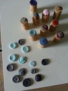 Fimo klei bedrukt met stempels gemaakt van knopen. Uitprobeersel.