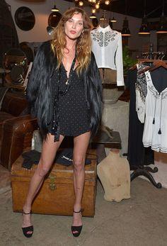 Look Erin Wasson com macaquinho, casaco de pele e sandália plataforma.