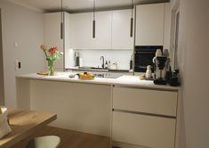 white & clean kitchen Küchen Design, Scandinavian Design, Kitchen Cabinets, Table, Furniture, Home Decor, Decoration Home, Room Decor, Cabinets