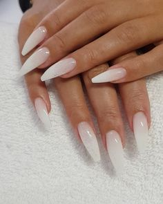 False nails have the advantage of offering a manicure worthy of the most advanced backstage and to hold longer than a simple nail polish. The problem is how to remove them without damaging your nails. Pink Nails, Glitter Nails, My Nails, White Sparkle Nails, Sparkle Acrylic Nails, Coffin Nails Ombre, Faded Nails, White Coffin Nails, Grunge Nails