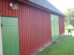 Kapa fasaden längst ner House Goals, Farm Life, Garage Doors, Shed, Barn, Outdoor Structures, City, Building, Outdoor Decor