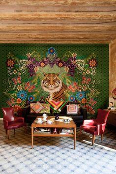 Papier-peint Catalina Estrada- Catalina Estrada, illustratrice colombienne, basée à Barcelone depuis 1999 réinterprète le folklore latino-américain. Elle couvre les murs motifs vifs, inspirés de la flore et du monde animal.