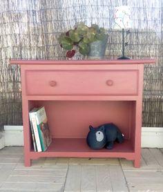 Cómoda recuperada en rosa viejo con un cajón. Luniqueblog.com
