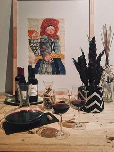 Um bar improvisado para receber os amigos com um bom vinho. Nessa caso a mesa virou um mini bar temporário. Foto: Arquiteca Projetos Afetivos.