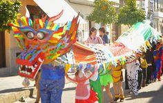 UN DRAGÓN CHINO EN PUERTO SERRANO   Esto es lo que preparamos para el pasacalles escolar de el curso 2012-13, iba a ser nuestro último pasa... Chinese Parade, 21 Balloons, Crafts To Make, Crafts For Kids, Chinese New Year Dragon, Destination Imagination, Dragon Costume, Dragon Party, Green Dragon
