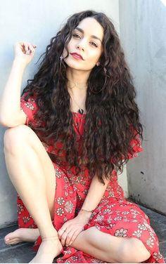 ♥ Pinterest: DEBORAHPRAHA ♥ Vanessa Hudgens with long natural curly hair with volume