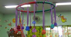 ORGANIZAÇÃ DE ESPAÇOS - BERÇÁRIO 1 Infant Activities, Activities For Kids, Crafts For Kids, Mobiles, Baby Club, Montessori Baby, Sensory Play, Easy Diy, Education