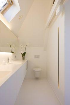 Foto van de visgraat vloer van eikenhout in de badkamer van een woning