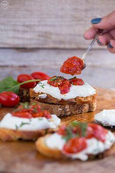 2 προτάσεις για ανοιξιάτικες μπρουσκέτες - madameginger.com Panna Cotta, Cereal, Strawberry, Snacks, Fruit, Breakfast, Ethnic Recipes, Finger Food, Breakfast Cafe