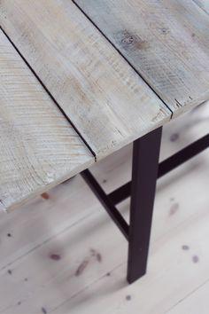 gamla plankor, slipa lent, tvätta med målartvätt, stryk på vitbets med pensel, efter ca 3 dagar torkning är bordet i sin sanna färg.
