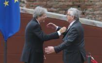"""Battute, sorrisi e abbracci: gli scatti """"rubati"""" del G7 di Taormina -  Battute, sorrisi e abbracci: gli scatti """"rubati"""" del G7 di Taormina Durante il vertice tenuto nella località siciliana i leader mondiali hanno talvolta abbandonato gli atteggiamenti formali imposti dalla diplomazia, tra saluti affettuosi e momenti di relax. …  - http://www.ilcirotano.it/2017/05/26/battute-sorrisi-e-abbracci-gli-scatti-rubati-del-g7-di-taormina/"""