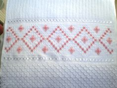 Marca; karsten,100% algodão  Medida:33x50  Cor branca(canelada)  Trabalho; Ponto reto  Cores de toalhas. creme e branca R$ 42,00
