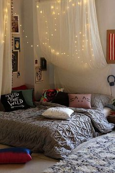Image via We Heart It https://weheartit.com/entry/171729147/via/21573595 #fairylights #hipster #intothewild #hipsterbedroom #roomspiration #cutepillows