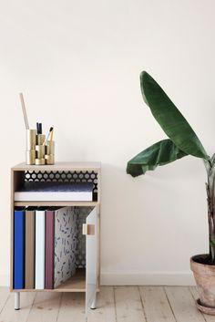 Smukt kabinet fra Ferm Living - fremstillet af egetræ med bagbeklædning i metal med hulmønster og læderstrop. Perfekt til opbevaring på kontoret som arkivskab eller som sengebord i soveværelset, hvor det giver et stilfuldt udtryk i rummet. Kombinationen af eg, metal og læder skaber et stærkt og moderne design.