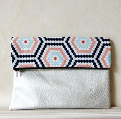 Pochette repliable avec tissu designer motifs graphiques alvéoles et simili cuir nacré argenté : Sacs à main par chatelaine-factory