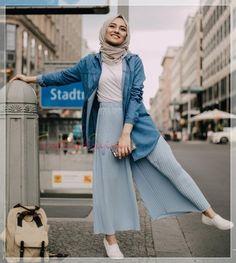 Young Hijab Skirt and Pullover Fashion Tesettür Jean Modelleri 2020 Hijab Fashion Summer, Modest Fashion Hijab, Modern Hijab Fashion, Street Hijab Fashion, Casual Hijab Outfit, Hijab Fashion Inspiration, Muslim Fashion, Mode Inspiration, Hijab Chic