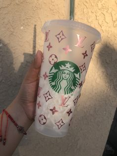 LV inspired Cup. IG @papercraftsbyd Starbucks Logo, Starbucks Frappuccino, Starbucks Cup Design, Starbucks Tumbler Cup, Bebidas Do Starbucks, Copo Starbucks, Personalized Starbucks Cup, Custom Starbucks Cup, Personalized Cups