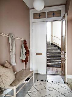 Dit appartement heeft een roze gang – en nu willen wij het ook This apartment has a pink hallway – and now we want it too – room Pink Hallway, Entry Hallway, Entryway, Hallway Ideas, Modern Hallway, Hallway Inspiration, Interior Inspiration, Casa Milano, Small Entrance
