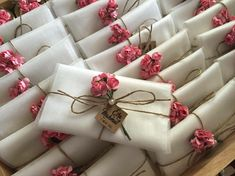 DIY wedding gift envelope tips and decoration ideas. Paper quilling, gold, lace borders and many more easy economical ideas. Wedding Cards, Diy Wedding, Wedding Favors, Wedding Gifts, Wedding Decorations, Creative Gift Wrapping, Creative Gifts, Diy Gift Box, Diy Gifts