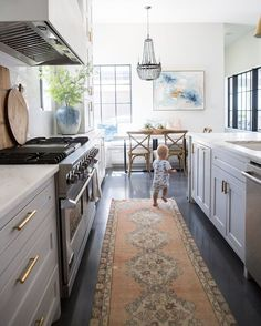 White Kitchens With Dark Floors: Ideas and Inspiration Black Slate Floor, Slate Floor Kitchen, Dark Kitchen Floors, Dark Tile Floors, Dark Grey Kitchen, Dark Kitchen Cabinets, Slate Flooring, Kitchen Flooring, Laminate Flooring