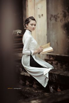 Vietnamese traditional dress - so beautiful Vietnamese Traditional Dress, Vietnamese Dress, Traditional Dresses, Ao Dai, Asian Woman, Asian Girl, Asian Ladies, Vietnam Girl, Photo Portrait
