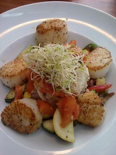http://www.getnmahbelly.com/2011/07/high-rock-cafe-wisconsin-dells/    Pan-seared jumbo scallops with mashed potatoes, seasonal vegetables and smoked tomato compote.  #scallops