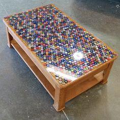¿Bebes mucha cerveza? Guarda las tapas de las botellas hasta que tengas suficientes para cubrir una mesa. | 31 Maneras increíblemente creativas de exhibir tus cosas