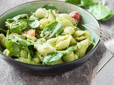 CremigeAvocado, leichte Buttermilch, würzige Petersilie und frische Limette werden zur Salat-Sauce für Pasta, Spinat, Tomaten und knusprigen Bacon on top.