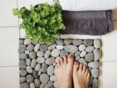 DIY-Anleitung: Fußmatte aus Steinen selber machen, Badmatte, Badevorleger / diy-tutorial: making a doormat with stones, bathroom footmat  via DaWanda.com