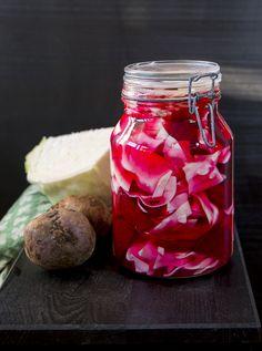 Kabis malfoul är en av mina absoluta favoriter. Jag älskar smaken och den vackra färgen som kålen får av rödbetorna. Du kan servera den inlagda vitkålen vid de flesta rätter. Riktigt god med kebab, falafel och grillat. 1,5 liters burk med kabis malfouf 1 mellanstor klyfta vitkål (ca 700 g) 2-3 st rödbetor Ättikslag 2 dl ättika (12%) 5 dl vatten 2 msk salt 0,5-1 dl socker (söta efter smak) TIPS! Du kan tillsätta chili eller vitlök som smaksättning. Du kan även tillsätta andra grönsaker som…