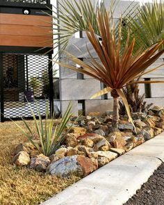 ☆ジン☆さんはInstagramを利用しています:「・ ・ 門柱門塀前の栗石スペースを ちょっと拡張し ロストラータの苗を地植えした☺🎵 栗石は…裏にあるまだ売れてない土地にある砕石…内緒ですwww 苗が小さくて雑草みたいやけどね 😆👌…」 Bonsai Garden, Plant Decor, Indoor Plants, Living Spaces, Planters, Exterior, Make It Yourself, Landscape, Wall