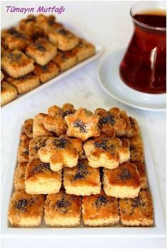 Malzemeler Ufak kalıplarla 50 – 55 adet için 2 adet yumurta 1 su bardağı sıvı yağ ¼ su bardağı sirke 1 paket kabartma tozu 2 çay kaşığı tuz Aldığı kadar un Üzeri için; 1 adet yumurtanın sarısı Haşhaş 170 drce Albanian Recipes, Turkish Recipes, Cookie Recipes, Dessert Recipes, Greek Sweets, Rainbow Food, Dessert Salads, Recipe Mix, Lemon Desserts